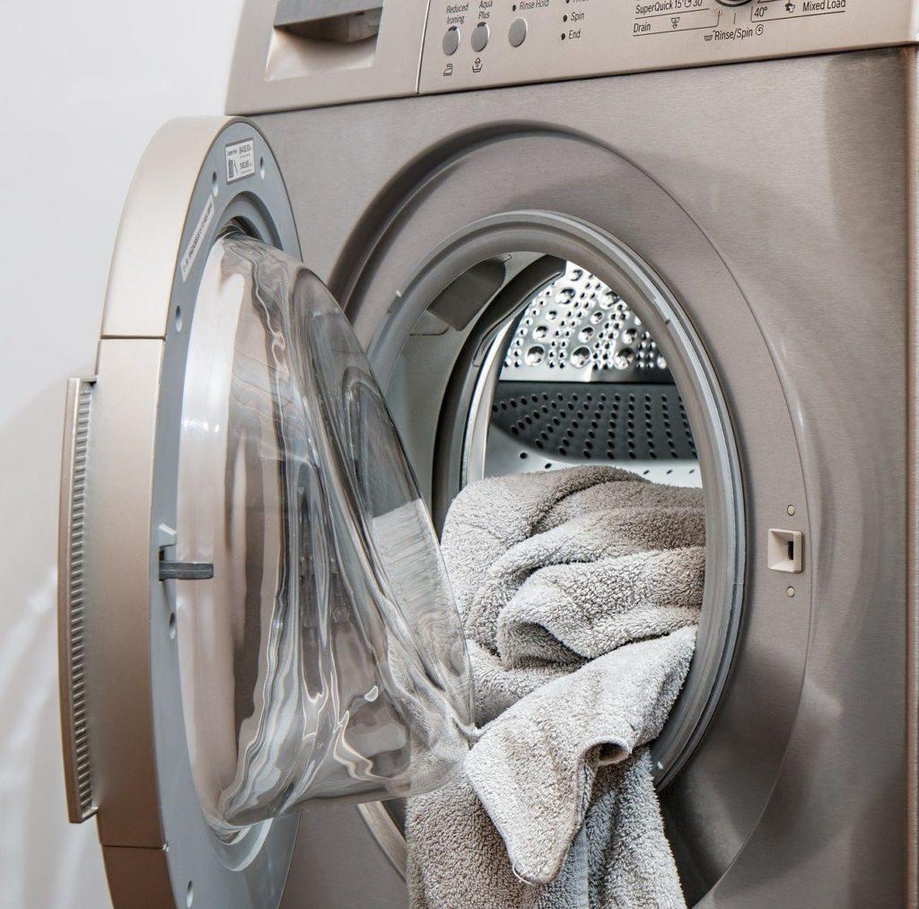 Silberne Waschmaschine offen