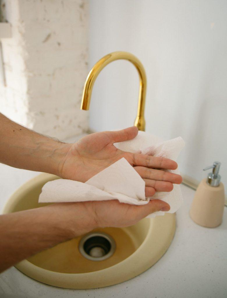 Papierhandtuch Hände trocknen